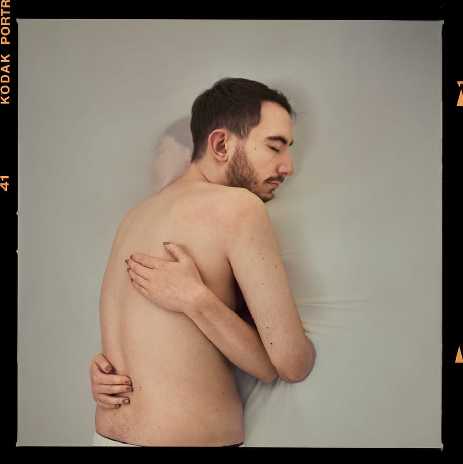The British photographer Laura Pannack photographed loved ones who will be separated by Brexit with a semitransparant screen in between them.