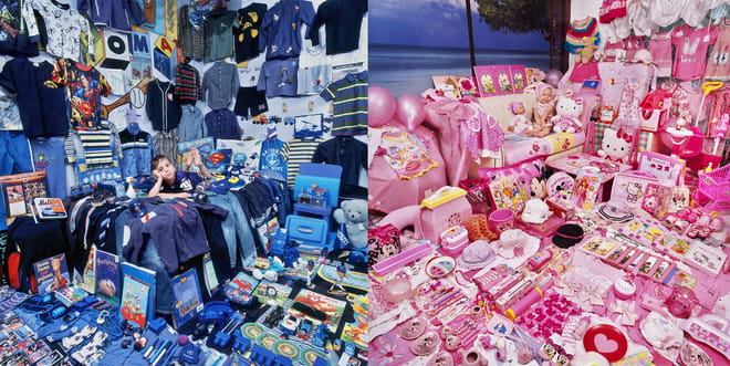 Dyptich with on the left a boy in a room filled with blue stuff, on the left a girl in a room filled with pink stuff